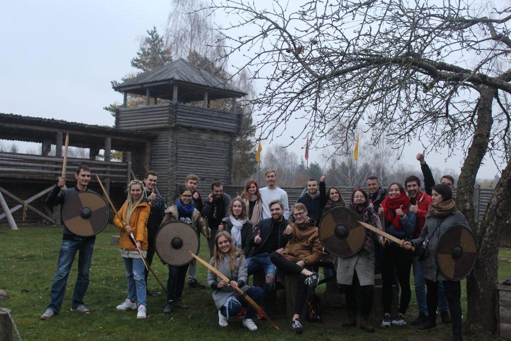 Užsienio lietuvių studentų klubas nusikėlė laiku atgal Šeimyniškėlių piliakalnio istoriniame komplekse. 2019 10 25, ULSK nuotr.